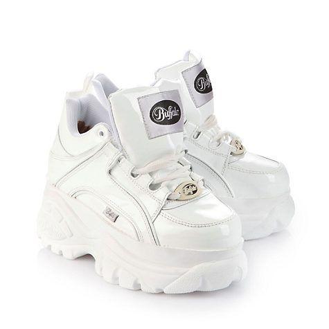 Lässiger, halbhoher Sneaker aus weißem Leder mit ca. 6 cm Plateausohle, Schnürung und einer gepolsterten Innensohle.