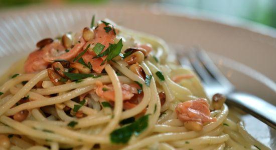 - samling av Laks oppskrifter, spesielt Røkt Laks med Pasta og Pinjekjerner, med en lett hvitvinssaus - Samplings of  Recipes with Salmon