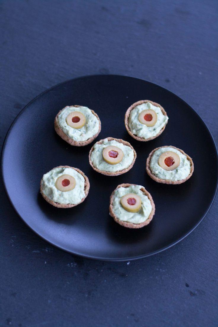 Blogissa on viime viikolla vilissyt helppoja makeita herkkuja Halloweeniksi. Nyt siis vuorossa Halloween juhlien suolaisia suupaloja. Ruissipseistä, avocadotahnasta ja oliiveista syntyi käden käänteessä hurjan hauskat silmäalkupalat. Avocadotahnalla täytetyt ruissipsit maistuivat myös herkullisilta. Minipaprikoita, voitaikinaa, sulatejuustoa...