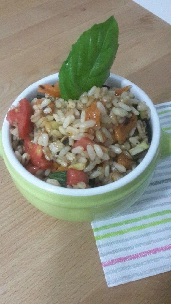Cereali vegetariani: riso, farro ed orzo con verdure grigliate e basilico. Un primo piatto da gustare freddo ideale per disintossicarsi dopo l'estate!!!!