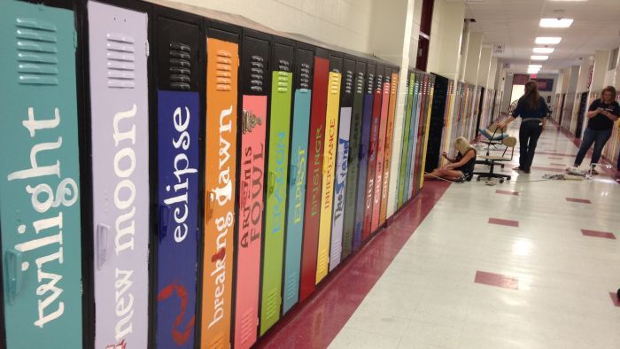 High School lockers are incredibly boring, just rows of metal boxes that line the hallways. A group of teachers in the Biloxi Junior High School in Biloxi Mississippi decided to change things up a bit, and painted the ones in their school to look like book covers.