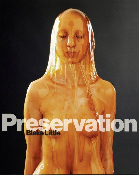 Cuerpos desnudos cubiertos en miel. Fantasía incómoda, a todas luces poco práctica, que el fotógrafo Blake Little lleva ahora al extremo en su serie Preservation.