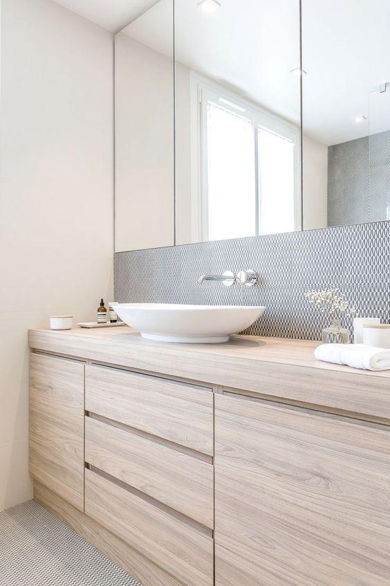 licht eiken badkamermeubel met waskom in lichte witte badkamer