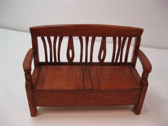Banco de almacenamiento de información de estilo escandinavo. Ambos lados de la silla se levante para revelar un área de almacenamiento grande. Sería genial en un pasillo. Intrincado diseño nuevo. Realizado en madera de obeche barnizado en caoba. Tamaño es de 85 mm de alto x 125 mm de ancho x 48 mm de profundidad.