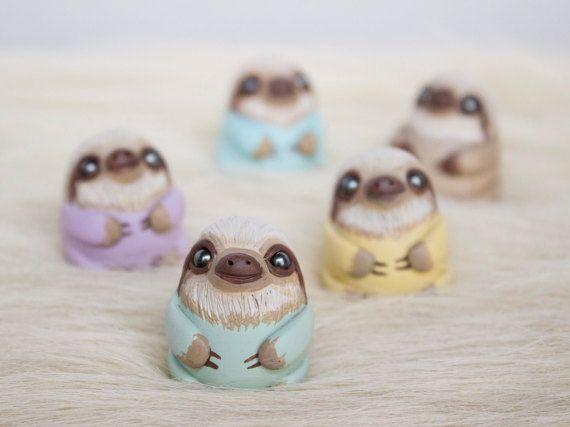 Bébé paresseux figurine Sloth totem polymère par WhimsyCalling