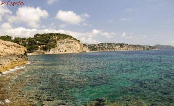 Seis bañistas y un policía local son arrastrados por la marea en una playa de Benissa