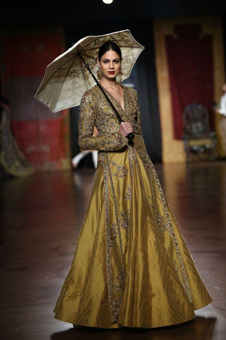 #ICW #AICW #AICW2015 #fdci #sunar #RimpleandHarpreet #bridal #Indian #heritage #royal #mughal #highongold #lehenga #indianwedding #weheartit #elegant #intricate #vintage