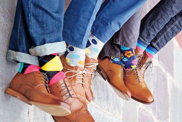 Happy people wear happy socks, sosete haioase, diferite, colorate