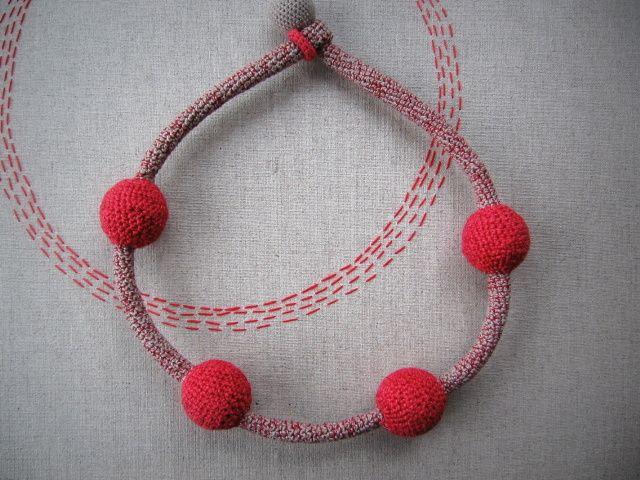 Atomic+Červená+a+teplá+šedá+mi+spolu+krásně+splynuly+pod+rukama+a+vznikl+tento+molekulární+náhrdelník.+Délka+58+cm.