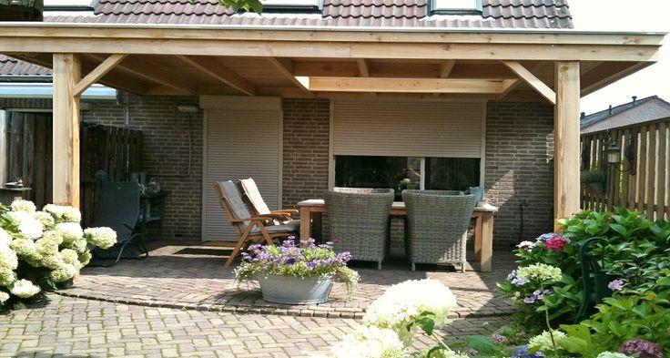 -2- Klassieke houten veranda aan huis met plat dak lichtkoepel lichtstraat van lariks douglas eiken hout zelfbouw bouwpakket wijchen