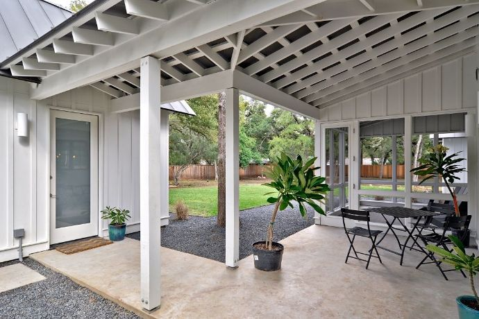 1000 ideas about covered walkway on pinterest breezeway for Breezeway screen room