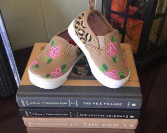 Artículos similares a Paisley y Toms flores como zapatos pintados en Etsy