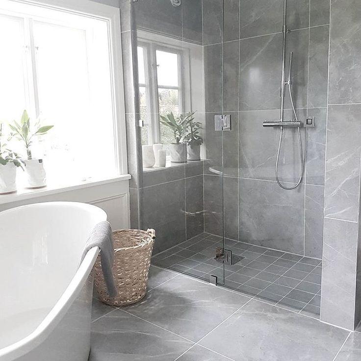 Ständigt dessa förseningar.. Kommoden som skulle komma för x antal veckor sedan är fortfarande inte här..  Men duschväggen är iaf på plats!  #inredning #inredningsdesign #badrum #badrumsrenovering #badrumsinspo #duschvägg #renoveringsdamm #asafotoninspo #apellebackeninspo #bricmate #grey #fleur #sjuktnöjd