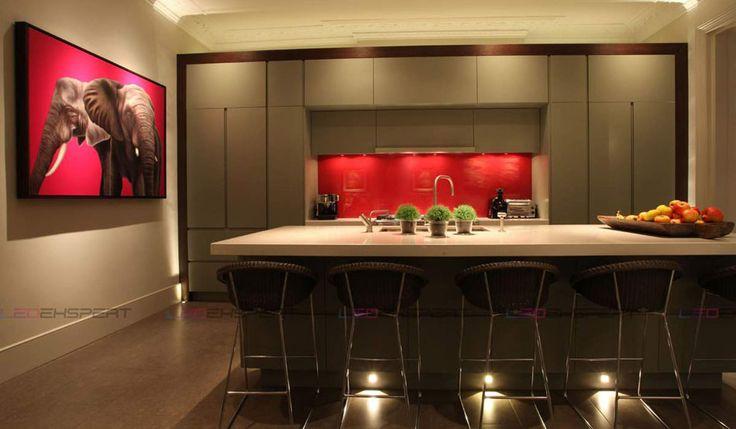 Spots encastrés et réglettes LED pour une ambiance tamisée presque romantique dans la cuisine
