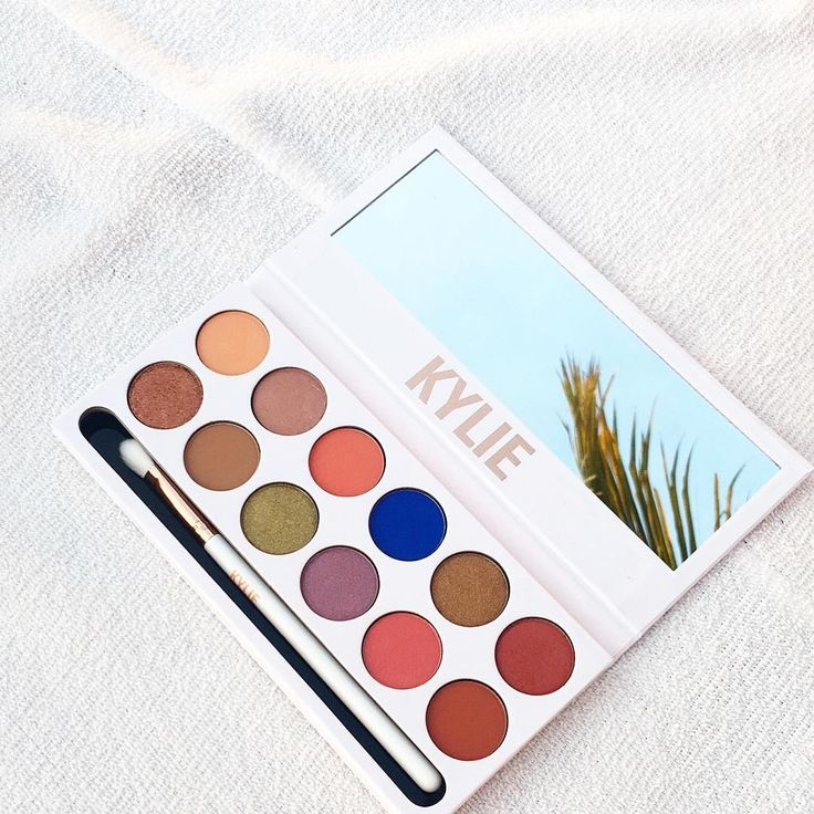 Before the ball dropped on Sunday, Kylie Jenner teased her first palette for 2017: the Kylie Cosmetics Royal Peach Palette. On Snapchat, she showed a peek at the outside of the compact, as well as a couple of its shimmery shades.