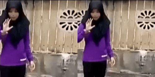 Wanita Berjilbab Hitam Berjoget Goyang Dandut Seru