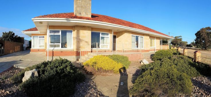 Mooringa is a pet friendly holiday house (sleeps 7), overlooking the Caravan Park, & is a short walk to the Port Victoria main street & jetty.
