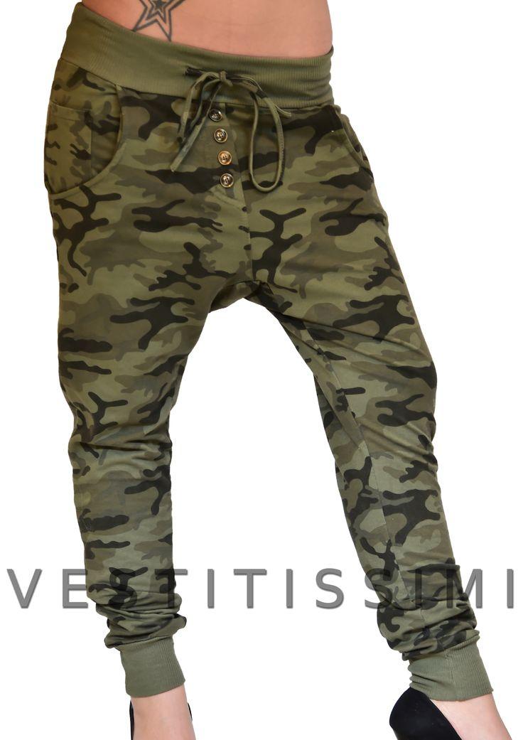 Pantalone sportivo mimetico colore verde cavallo basso. Pantaloni donna con fantasia mimetico militare, chiusura con bottoni, tasche e fascia elastica in vita