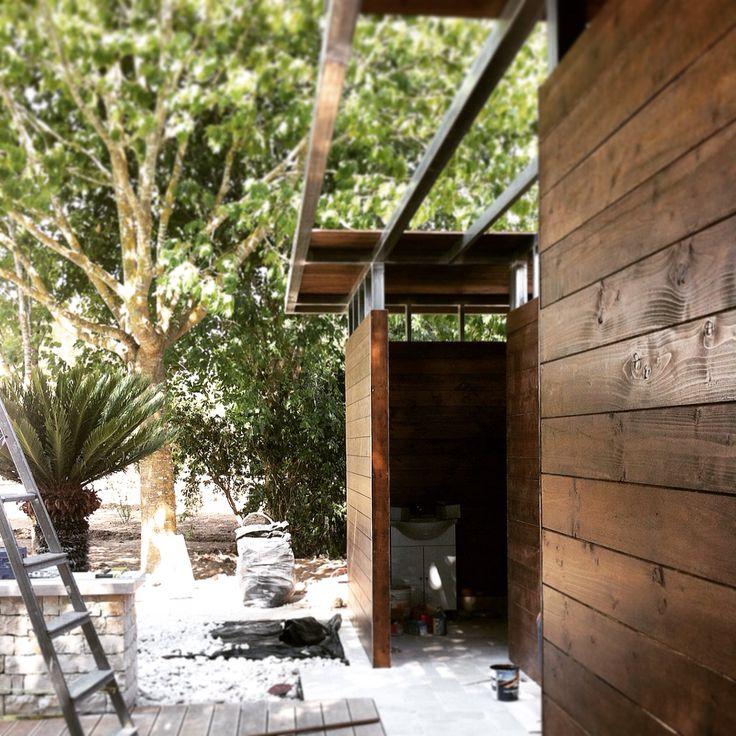 #Padiglione under construction; struttura a secco in metallo e legno con funzione di spogliatoi e docce per piscina.