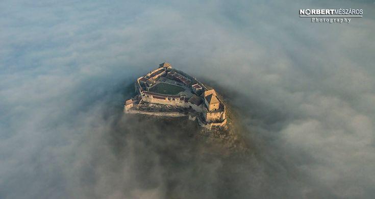 Ilyen, amikor ködbe borul Sümeg vára – Bámulatos videó | Sokszínű vidék