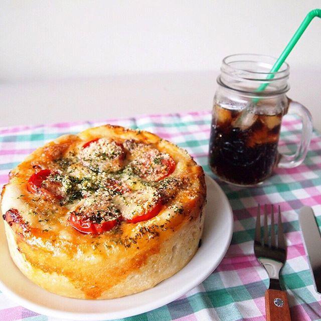 シカゴピザは、厚さ8~15cm程の厚みのあるピザのこと!具が上に乗ってるピザと違ってスタッフド(中に詰まってる)ピザです。おうち女子会やパーティなどでも盛り上がる1品になりますよ♡