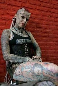 """MUJER JAGUAR. Maria Jose Cristerna, abogada, madre de cuatro niños y artista del tatuaje, posa para un fotógrafo en Guadalajara, México. Cristerna, a quien se conoce como la """"Mujer Vampiro"""", pero prefiere ser identificada como la """"Mujer Jaguar"""", obtuvo su primer tatuaje a los 14 años y decidió transformarse físicamente luego de haber sido víctima de violencia doméstica durante diez años en su primer matrimonio. (Reuters/Alejandro Acosta)"""