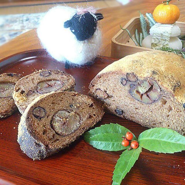 クリスマスに焼いたシュトーレン、 アーモンドプードル→きな粉 砂糖→黒砂糖 牛乳→花梨酵母液 上からまぶす粉砂糖→きな粉と砂糖に置き換え フィリングには秋に作ったマロングラッセとおせちで炊いた黒豆をブランデー煮にして、大納言の甘納豆とともに入れてみました(*^^*)  ちゃんと焼けるかちょっと心配でしたが、焼き上がったのは、ちょっと和風なシュトーレン! 上からバターを染み込ませてきな粉砂糖を振り掛ければ懐かしいの給食メニュー懐かしのきな粉パン風かな?(^^; マロングラッセに黒豆のブランデー煮でちょっと豪華なきな粉パン風のシュトーレンになりました(*^^*) お正月の菓子としていただきました。 - 240件のもぐもぐ - お正月用に自家製酵母で和風シュトーレン焼きました~(^з^)-☆ by sakurakoaya31