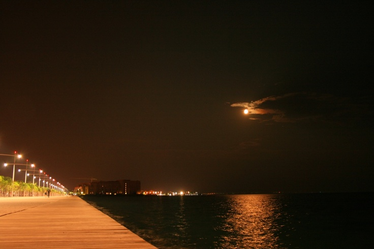Moon-over-thessaloniki