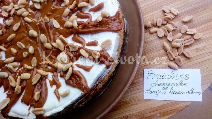 Recept na snickers cheesecake se slaným karamelem