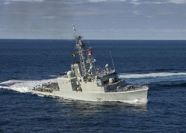 Le Navire canadien de Sa Majesté IROQUOIS effectue des manœuvres, dans le cadre d'un exercice multinational des forces navales, le 18 février 2014.