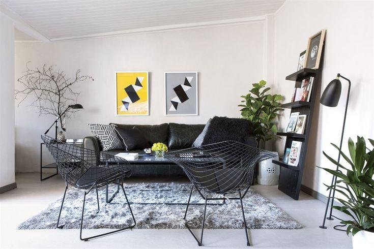 Para delimitar el living, alfombra 'Shaggy' (Sodimac). En los muebles, manda el negro: sofá y sillas 'Bertoia Diamond' (Kikely), estantería 'Paloma' (Pennsylvania Interiorismo) y lámpara de pie 'Enrique' (Ikon Lamps)