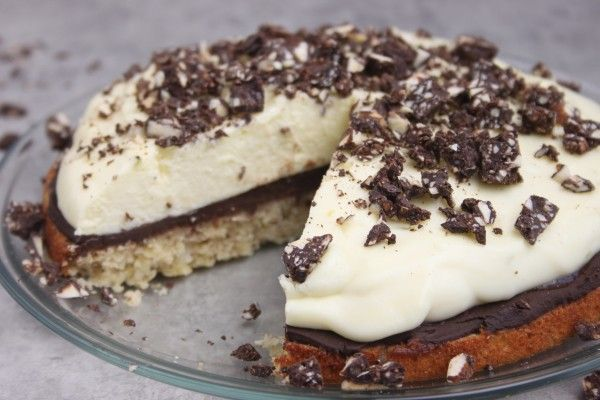 Hvid chokolademousse på marcipanbund med chokoladeovertræk og chokoaldeknas er en himmelsk moussekage og dessert med chokoladeganache. Bo Bedre's chokolade konkurrence er ovre og kagen vandt desværre ikke
