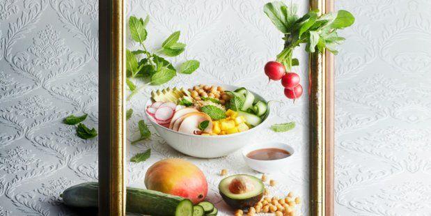 Een recept voor een heerlijke Poke bowl salade van quinoa, avocado, kip, radijs, mango, kikkererwten en komkommer.