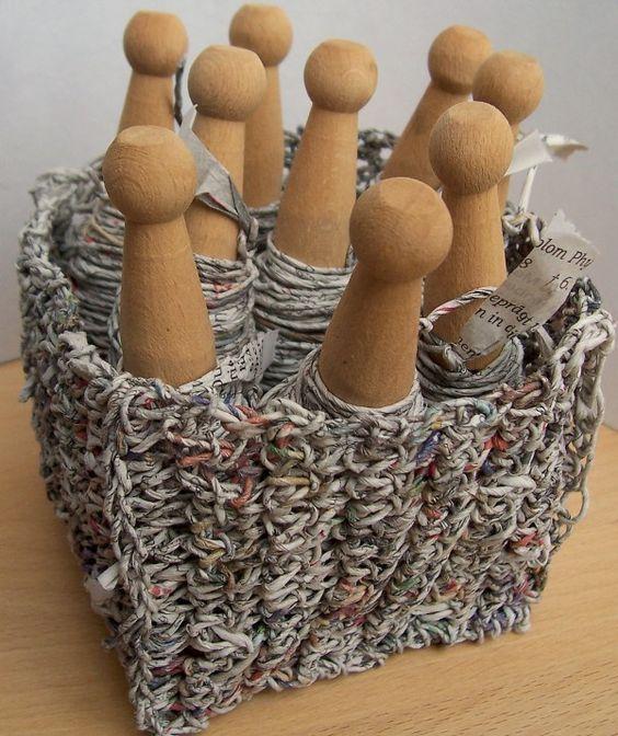 Die Herstellung von Papiergarn hat eine laaaaaange Tradition. Auch aus Zeitungspapier lässt sich ganz einfach ein verblüffend schönes Recycling-Papiergarn herstellen. Damit kann man Geschenke umwickeln und sogar häkeln oder stricken. Eine Seite deiner Tageszeitung reicht für ca. 10m Zeitungsgarn. Tja,...