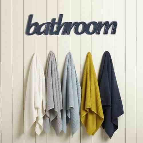 Drewniany napis Bathroom autorskiego projektu wykończony w stylu shabby chic. Rewelacyjna dekoracja łazienki jak i miejsca nad drzwiami do łazienki. Wymiar 75x17cmx1cm, ręcznie szlifowany, przecierany, malowany na kolor grafitowy z posrebrzonymi na wysoki połysk krawędziami dającymi efekt wytarć i starości w KuferArt.pl