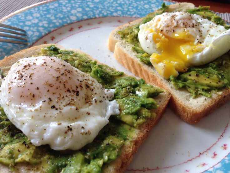 A slice of white bread with avocado, butter, a poached egg of 4 minutes and salt and pepper