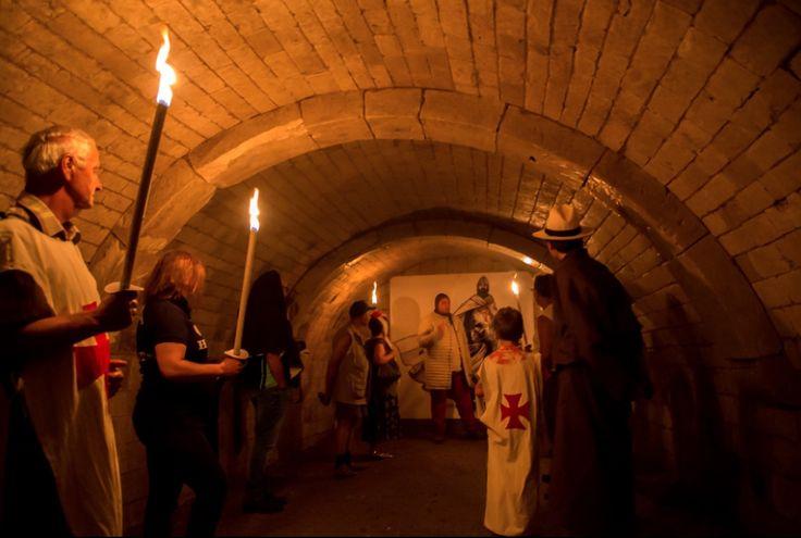 Le château fort de Picquigny, une des plus belles seigneuries du Royaume, date de 613. Véritable verrou sur le fleuve, il contrôle, par la présence d'un péage, aussi bien la circulation des marchandises que celle des hommes.  Un de ses seigneurs fait partie des conquérants normands de l'Angleterre, sous le nom de Pinkeney. Il es récompensé par des terres dans les cantons d'Essex et de Northampton, en Angleterre. Un autre suit Godefroy de Bouillon en terre Sainte.  Le château fort ...