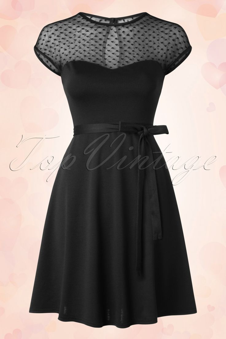 Toon je liefde in deze50s Madeline Hearts Only Swing Dress!  Liefde op het eerste gezicht dankzij de prachtige hartvormige halslijn met semi-transparant mesh met lieflijke kleine hartjes! Super flatterend door zijn flowy snit en heerlijk zacht, dikker, stretchy, zwart stofje. Voel je vrouwelijk en flirty in dit retro schatje, L-O-V-E!   Sweetheart halslijn Korte mouwtjes Subtiele keyhole met knoop aan de achterzijde Afneembaar strikbandje Geen rits Valt net boven de knie bij een l...