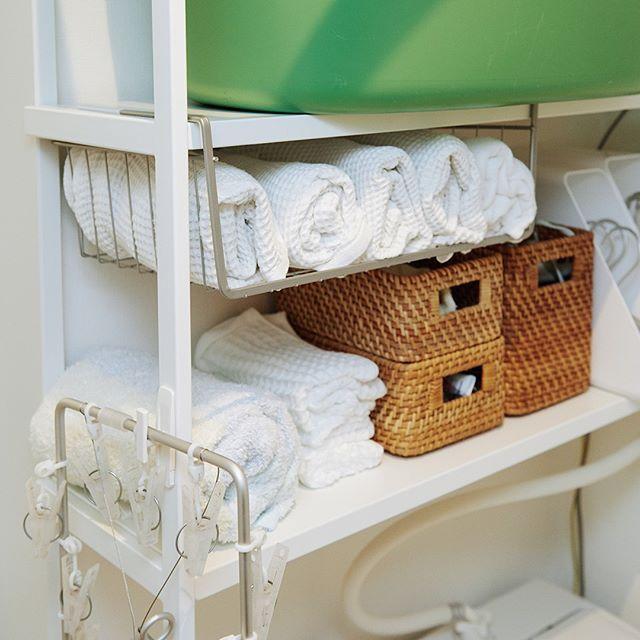 ワイヤーラックで収納力アップ!タオルの置き方。 ・ 【本多さおりさんに聞く、洗面所の収納】 本多さん:「タオルはお風呂あがりに使いやすい位置に収納しています。バスタオルはロール型にすることで一個一個を取り出しやすくしました」 さらにタオルは上下二段に分け、種類別に。上がバスタオルで、下がフェイスタオルと子ども用のタオルとなっていました。 ワイヤーラックを用いることで収納スペースが増え、タオルもきれいにまとまっていましたよ! ・ #北欧暮らしの道具店 #本多さおり #タオルの収納 #ワイヤーラック #洗面所 #暮らし