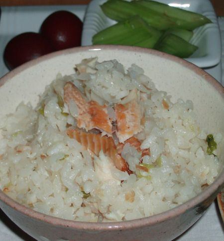 MOMOのお勧め!!!燻製虹鱒の炊き込みご飯 - MOMOの台所 ... 作り方おコメをといで炊飯器にしかけます。 だし醤油(お醤油だけでもOK)を加え、 市販の虹鱒の燻製をおコメの上にのせ、ねぎを上からちらしてスイッチを押すだけ。