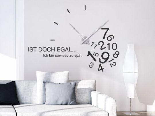 Ausgefallene Wandtattoo Uhr mit chaotischen Zahlen und originellem Spruch.