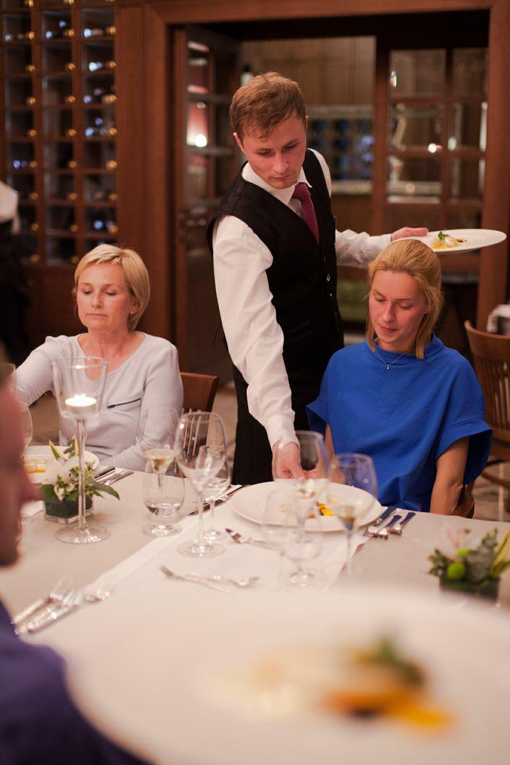 na talerzach Halibut... cytrusowy Beurre Blanc, sabayon z cytrusami, młode marchewki, czarna soczewica!