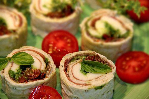 Italienska tunnbrödssnittar med parmaskinka, pesto, mozzarella och soltorkade tomater