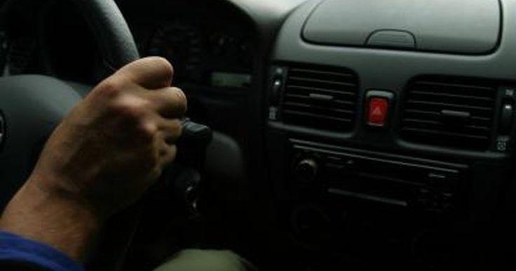 Cómo saber si el ventilador de un aire acondicionado no funciona. Hay muchas razones por las que el aire acondicionado de un auto puede dejar de funcionar. El ventilador es una parte que comúnmente falla en la unidad de aire acondicionado de un auto. Aunque no siempre es fácil concluir que es este el problema, hay varias pruebas que puedes realizar para ver si el ventilador funciona correctamente.