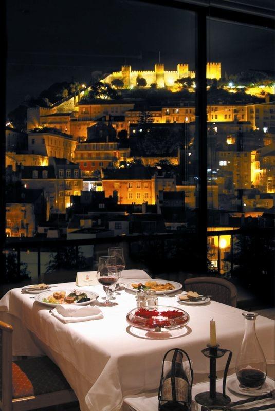 Portugal - Lisboa - Restaurante com vista para o Castelo de S. Jorge. / Restaurant with vue to St. George's Castle.