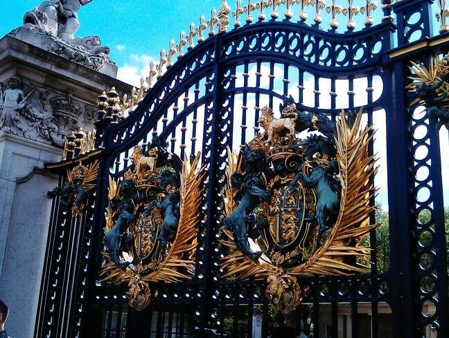 BUCKINHAM PALACE GATES - A must-see!