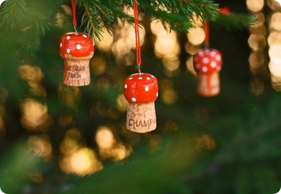Kleuters zelf een paddenstoel laten maken voor kerstcadeau.