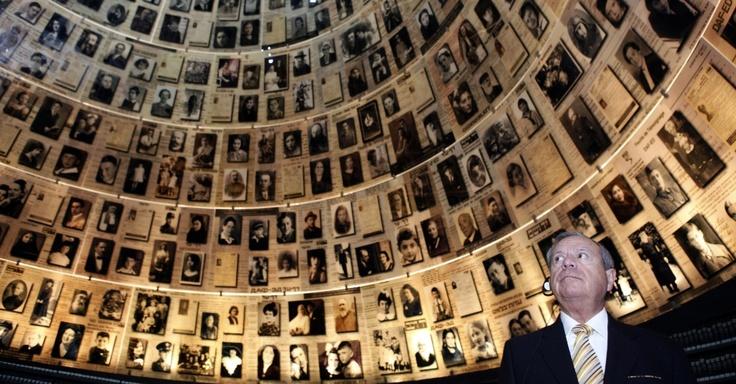 O ministro de Relações Exteriores da Costa Rica, José Enrique Castillo, observa fotos de vítimas do Holocausto nesta terça-feira (27) no museu Yad Vashem, em Jerusalém, em Israel