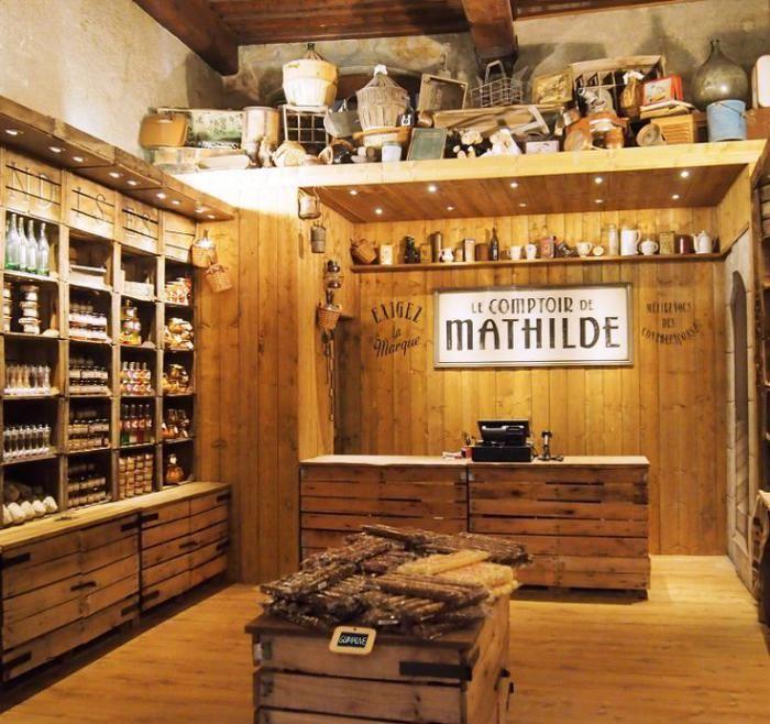 comptoir en bois recyclé, intérieur de bar en bois recyclé, étagères faite avec palettes