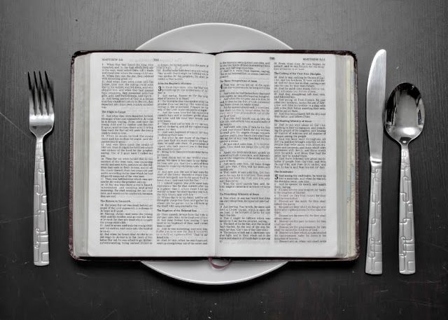 Makanan dan Minum karena Lupa Saat Puasa - Puasa -sebagaimana penjelasan di dalam kitab-kitab fikih- didefenisikan sebagai menahan diri dari segala hal yang dapat membatalkannya, mulai dari terbit fajar sampai terbenam matahari, atau defenisi yang serupa dengan ini.